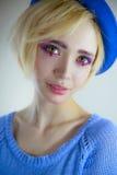 Porträt des jungen schönen Mädchens mit rosa Make-up lizenzfreie stockfotografie