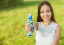 Porträt des jungen schönen Mädchens und des Wassers Lizenzfreie Stockfotos