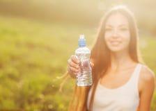 Porträt des jungen schönen Mädchens und des Wassers Lizenzfreies Stockfoto