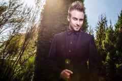 Porträt des jungen schönen modernen Mannes im Freien. Stockfotografie