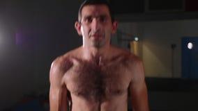 Porträt des jungen schulterfreien männlichen Boxers, der Kamera und und das Springen betrachtet stock video