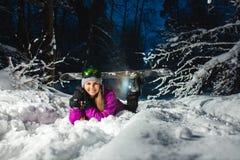 Porträt des jungen sexy Snowboarders im Winterwald Stockfotos