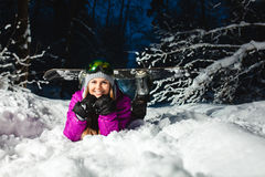 Porträt des jungen sexy Snowboarders im Winterwald Stockbild