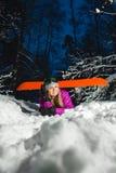 Porträt des jungen sexy Snowboarders im Winterwald Stockfoto