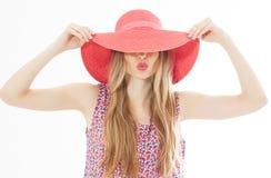 Porträt des jungen stilvollen küssenden Mädchenmodells Farbin der zufälligen Sommerkleidung im roten rosa Hut mit natürliche stockfoto