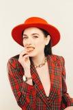 Porträt des jungen stilvollen Mädchens Arbeiten Sie portret der eleganten Frau im Hut und in der Jacke um Schönes Tanzen der jung Stockfoto
