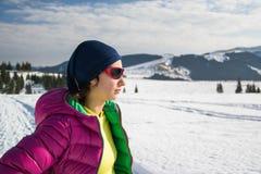 Porträt des jungen Trekker im Winter stockfotos
