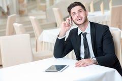 Porträt des jungen und motivierten überzeugten Geschäftsmannes Stockbilder