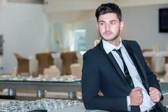 Porträt des jungen und motivierten überzeugten Geschäftsmannes Stockfotografie