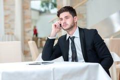 Porträt des jungen und motivierten Geschäftsmannes Stockfotografie