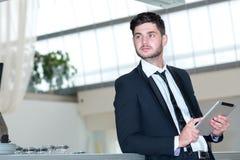 Porträt des jungen und motivierten Geschäftsmannes Stockbilder
