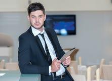 Porträt des jungen und motivierten Geschäftsmannes Lizenzfreie Stockfotografie