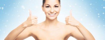 Porträt des jungen und schönen Siegermädchens auf einem schneebedeckten Hintergrund Lizenzfreie Stockfotos