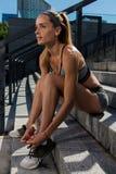 Porträt des jungen und schönen weiblichen Eignungstrainings Sportmotivation Stockfotografie