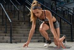 Porträt des jungen und schönen weiblichen Eignungstrainings Sportmotivation Lizenzfreies Stockbild