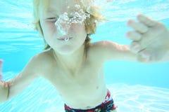 Porträt des Jungen Unterwasser Lizenzfreies Stockfoto