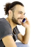 Porträt des kühlen hübschen italienischen Mannes am Telefon stockfoto