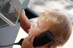Porträt des kaukasischen blonden Mädchens, das am Telefon spricht Stockfotografie