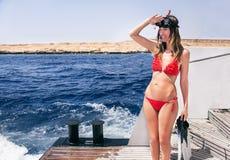Porträt des kaukasischen Mädchens an der Yacht mit dem Schnorcheln der Maske Stockbilder