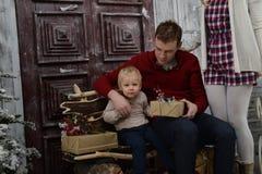 Porträt des kaukasischen Vaters überraschend sein kleiner Sohn mit Chri stockbild