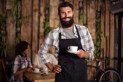 Porträt des Kellners einen Tasse Kaffee halten stockfotos