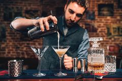 Porträt des Kellners fantastisches Cocktail in der Bar an der Partei gießend Manhattan-Cocktailgetränk im Nachtklub stockbild