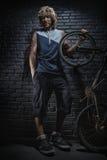 Porträt des Kerls mit Fahrrad Lizenzfreies Stockfoto