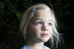 Porträt des Kinderblonden Mädchens, das oben schaut stockfotografie