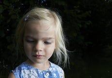 Porträt des Kinderblonden Mädchens, das unten schaut Lizenzfreie Stockfotos
