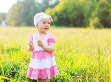 Porträt des Kindes auf dem Gras am sonnigen Sommerabend Stockbild