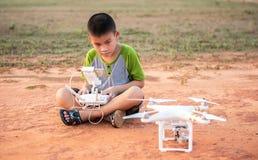 Porträt des Kindes mit quadcopter Brummen draußen Lizenzfreie Stockfotografie