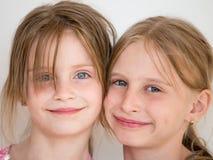 Porträt des Kindes mit zwei Mädchen Stockfotografie