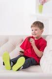 Porträt des Kindes sitzend im weißen Sofa Lizenzfreies Stockbild