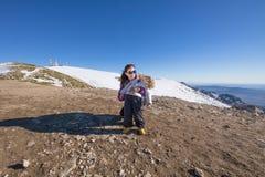 Porträt des Kindes und der Mutter im Gipfel des Berges Lizenzfreies Stockbild