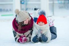 Porträt des kleinen entzückenden Mädchens mit ihrem Muttereislauf Lizenzfreies Stockfoto