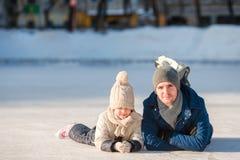 Porträt des kleinen entzückenden Mädchens und des jungen Vatereislaufs Lizenzfreie Stockfotos