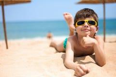 Porträt des kleinen Jungen auf dem Strand Stockfotografie