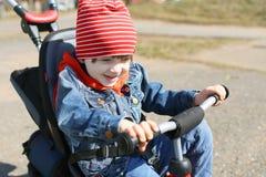 Porträt des kleinen Jungen auf Fahrrad Stockbild