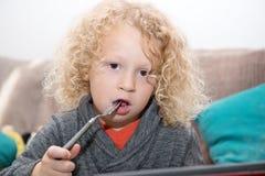 Porträt des kleinen Jungen blond und gelockt Lizenzfreie Stockfotografie