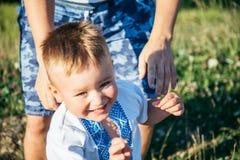 Porträt des kleinen Jungen draußen Stockbild