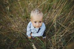 Porträt des kleinen Jungen im hohen Gras Lizenzfreies Stockfoto