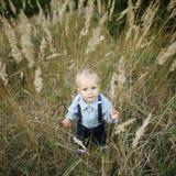 Porträt des kleinen Jungen im hohen Gras Lizenzfreie Stockfotografie
