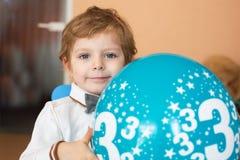 Porträt des kleinen Jungen mit baloon an seinem Geburtstag 3 Lizenzfreie Stockfotos