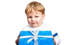 Porträt des kleinen Jungen mit einem Geschenk Lizenzfreies Stockfoto
