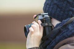 Porträt des kleinen Jungen mit Weinlesefotokamera Lizenzfreie Stockfotos