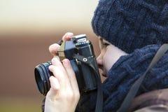 Porträt des kleinen Jungen mit Weinlesefotokamera Lizenzfreie Stockfotografie