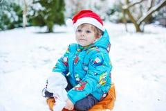Porträt des kleinen Kleinkindjungen drei Jahre alt im Winter Lizenzfreies Stockbild