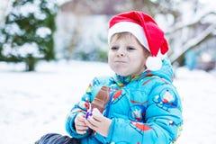 Porträt des kleinen Kleinkindjungen drei Jahre alt im Winter Stockbilder