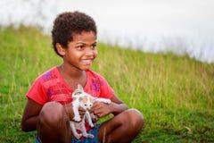 Porträt des kleinen Mädchens Aeta-Stammes mit ihrem nette Katze nahen Berg Lizenzfreie Stockbilder