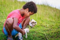 Porträt des kleinen Mädchens Aeta-Stammes mit ihrem nette Katze nahen Berg Stockfotos
